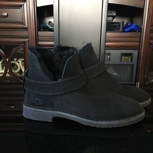 NEW - AUTHENTIC UGG MCKAY BOOTS
